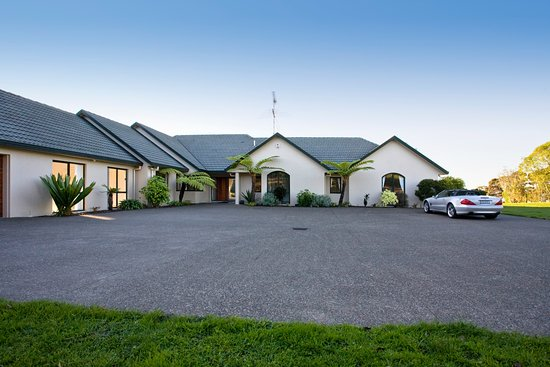 North Shore City, New Zealand: Parking area in front of main B&B