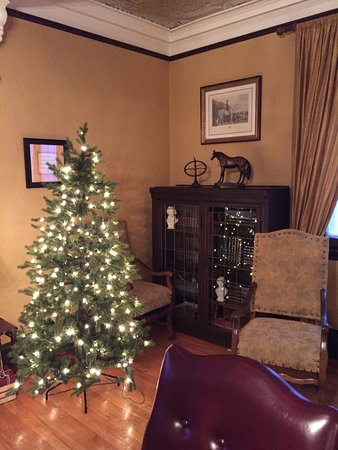 Grey Gables Inn Bed and Breakfast: The Library suite
