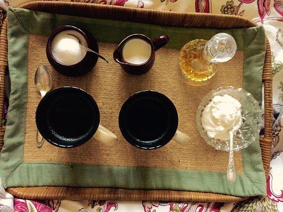 Castlegar, Kanada: Coffee date in bed in the am