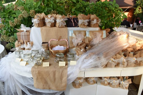 Confettata Matrimonio Rustico : Tavolo confettata e bomboniere foto di osteria al