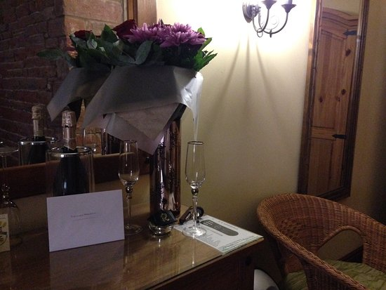 Catterlen, UK : Prosecco, Flowers and Congrats card for us!