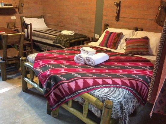 Cerro Del Valle Hotel Rustico: Habitación con los hermosos cubrecamas
