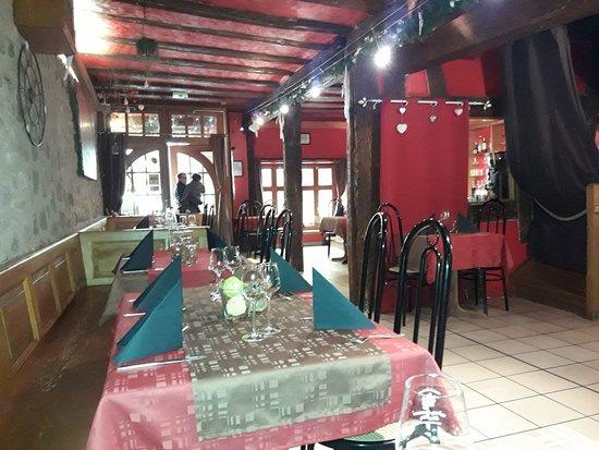 La Diligence : Au fond l'entrée du restaurant, rue DE GAULLE