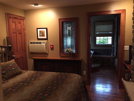Wild Goose Inn Bed & Breakfast: Back house, bottom room.