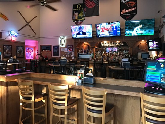 Sisters, OR : Bar & Lounge with 5 TVs