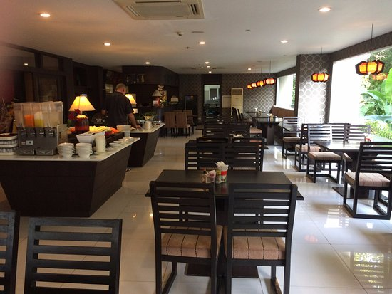 Boss Suites: Lovely, clean dining area with friendly staff