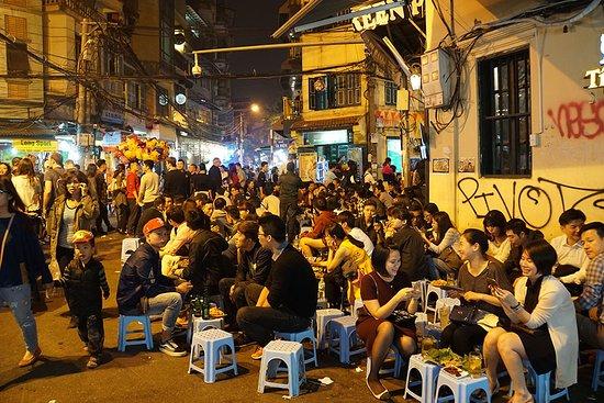 Essence Hanoi Hotel & Spa: Beer Corner - right outside the hotel
