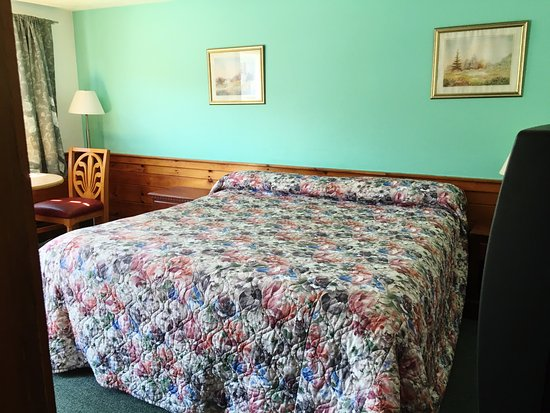Bass River Motel: Big bed, newly painted.