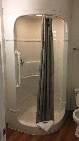 Motel 6 Ventura Beach: Clean and modernized bathrooms.