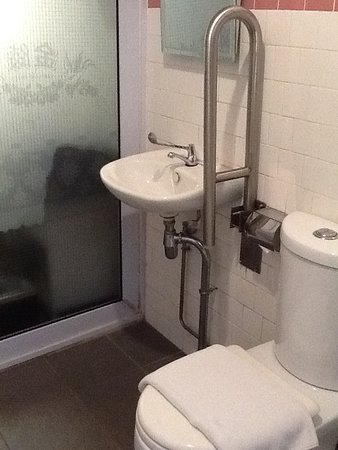 Kam Leng Hotel: Mouldy and unpleasant bathroom