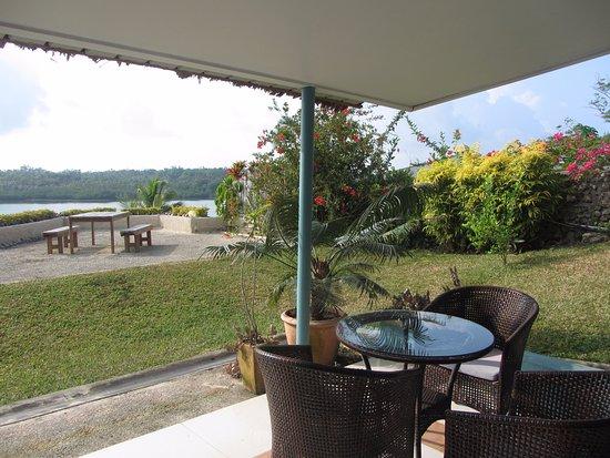 The Hub Vanuatu: Porch and bench area