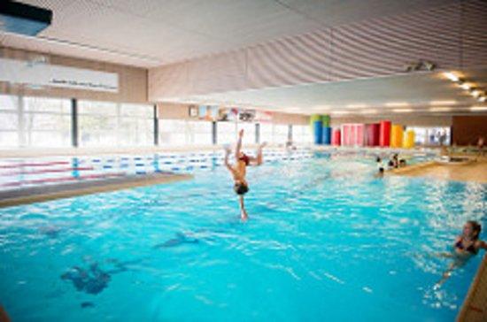 Nafels, Suiza: Hallenbad mit Kinderbecken und 25m Pool