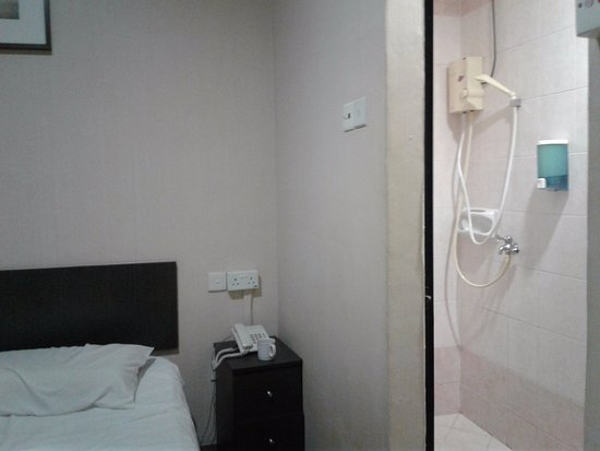 Amrise Hotel: Interesting shower system - would have helped if it produced hot water