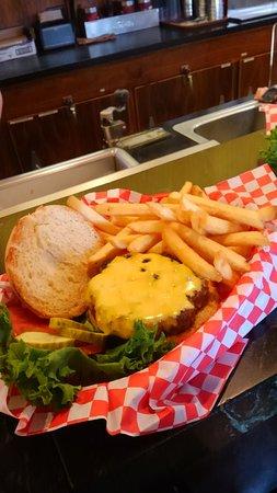 Geyser Grill at Old Faithful Snow Lodge : ハンバーガー!美味しかったですよ