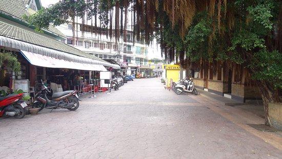 Lamai Inn: По дороге от отеля на пляж