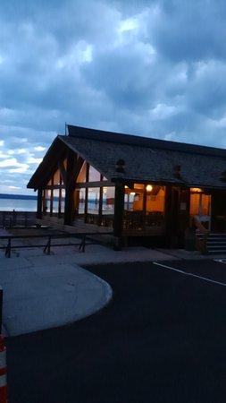 Grant Village Lakehouse Restaurant: 夜明け少し前の外観です。向こうは湖で美しいです