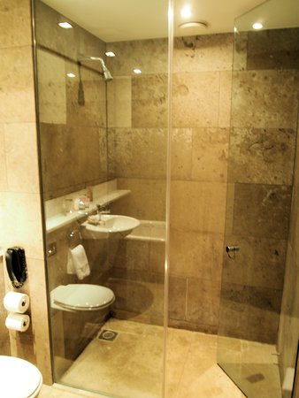 the g Hotel & Spa Galway: Well fitted bathroom