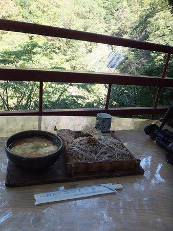 天下の名瀑「袋田の滝」を眺めながら、けんちんざる蕎麦を頂いたたら気分最高(^_-)-☆