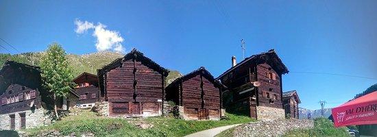 Arolla, Switzerland: Mayens typiques vus depuis la terrasse de l'h'otel du lac bleu