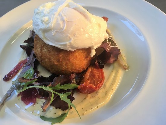 Ixworth, UK: Salmon & prawn fishcake, soft poached egg