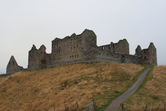 Newtonmore, UK: Ruthven Barracks from the road showing the climb to the top of the hill.