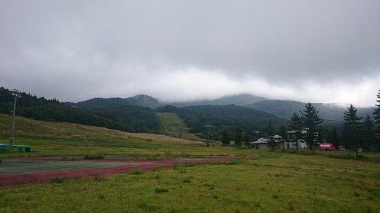 磐梯町, 福島県, ホテル裏手:磐梯山とスキー場(夏)を眺める