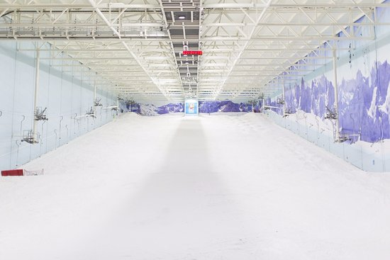 Stretford, UK: The UK's largest indoor ski and snowboard slope at Chill Factore, Manchester