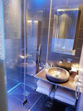 Bathroom picture of hotel design secret de paris paris for Hotel design secret
