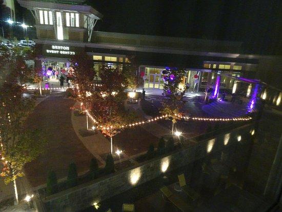 Benton, AR: Concert behind hotel