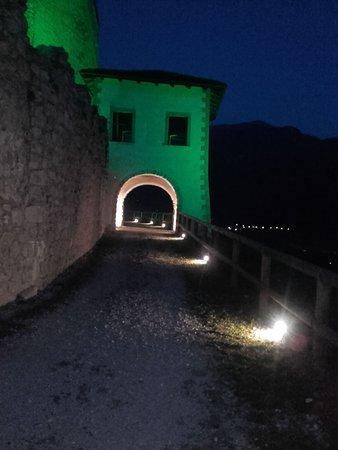 Campodenno, Italien: Particolare della Torretta all'Entrata