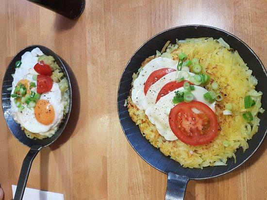 Huenxe, Almanya: Krosti 1 met spiegelei en 1 met mozarella en tomaat.