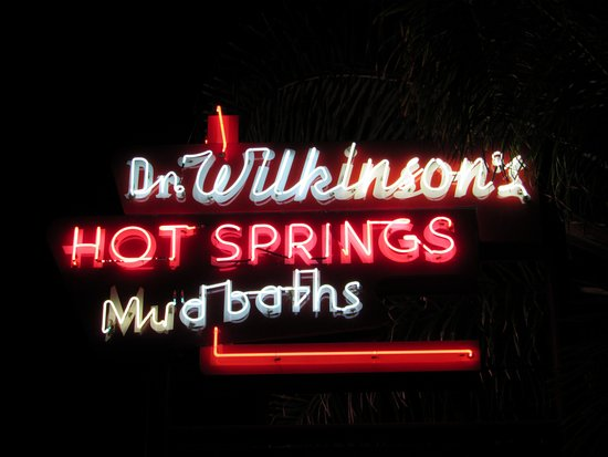 Dr. Wilkinson's Hot Springs Resort: Neon sign at the front of the hotel