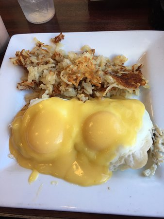 Nudy's Cafe: eggs Benedict with crab
