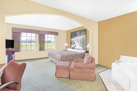 Nixa, MO: JACUZZI SUITE WITH  NON SMOKING KING BED ROOM
