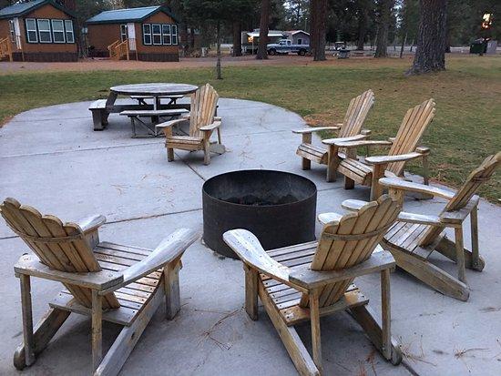 Fort Klamath, OR: Patio con poltrone e fireplace. Fuori dalla lobby ci sono delle fascine di piccoli tronchi a 6$