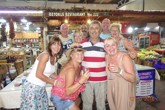 Oztoklu Restaurant: Chef and the most helpful waiter have a picture with us all