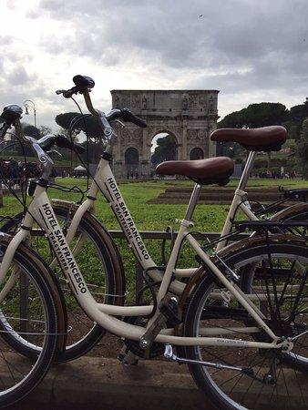 Hotel San Francesco: Op de huurfiets van het hotel naar triomfboog nabij het Colosseum