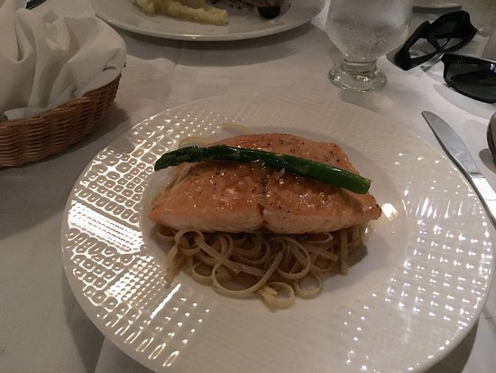 Casa Naranjo: Salmon over noodles with ginger, scrumptious!