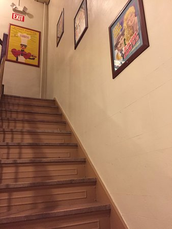 Chelsea Pines Inn: Stairs with movie memorabilia pictures.