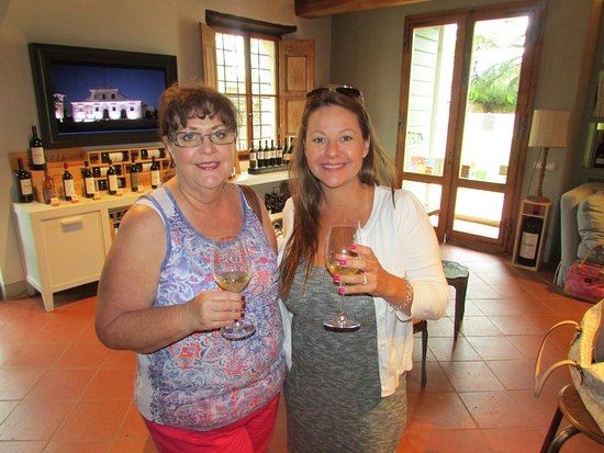 Castelnuovo Berardenga, Włochy: My mother in law and I enjoying the white wine.