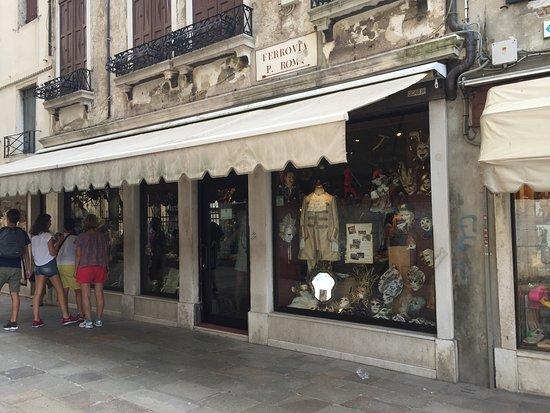 A tienda por fuera photo de atelier marega venise for Almacenes fuera de serie
