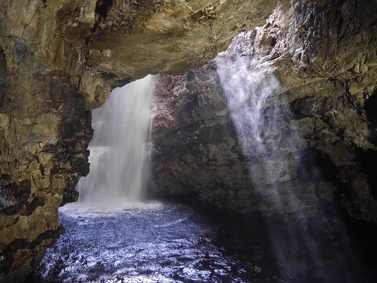 Smoo Cave: cascade...