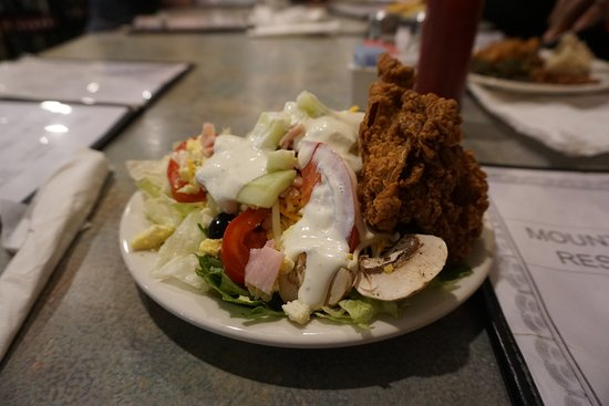 Pilot Mountain, Carolina do Norte: Salad and Fried Chicken from the all-you-can-eat salad bar