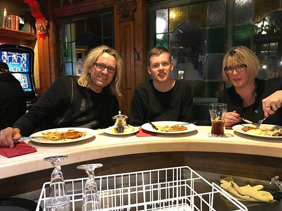 Denzlingen, Deutschland: Famielie Hensler beim Essen.