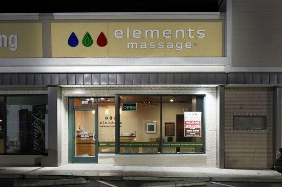 Vienna, VA: Elements Store front at night