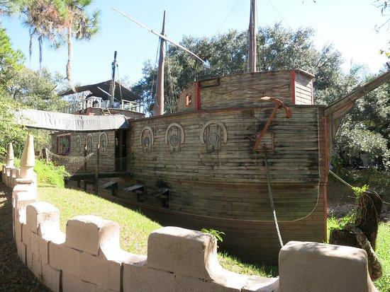 "Ona, Φλόριντα: ""Boot im Burggraben"""