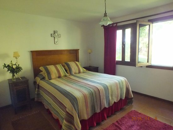 El Charabon: We had two rooms and a bathroom, this was the bedroom with a great view to the rolling hills.
