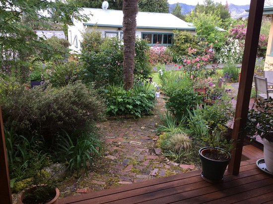 RiverSong Cottages: Lovely view of garden from room