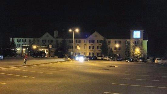 Comfort Inn & Suites: Parking lot