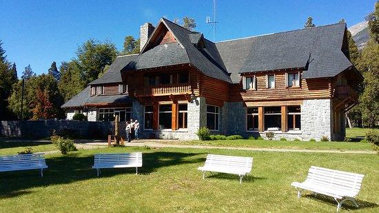 Hosteria Futalaufquen: La Hostería desde el parque. A espaldas del fotógrafo, el lago